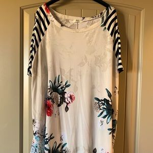 Beautiful, long top with pretty floral pattern.